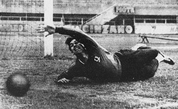 Aston Villas målmand, Nigel Sims, i aktion på Juventus' stadion i Torino, 12. maj 1959. Foto: Moisio/ Wiki Commons.